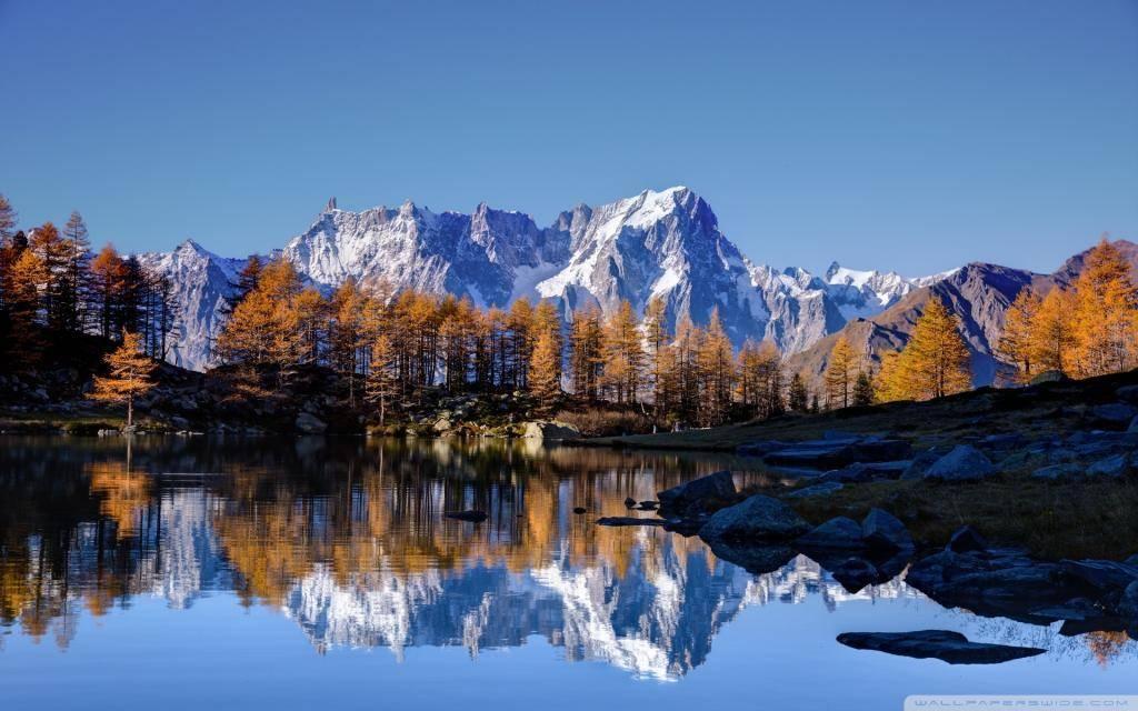 Гора Монблан осенью