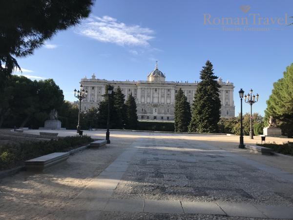 Испания. Королевский дворец Мадрид снаружи